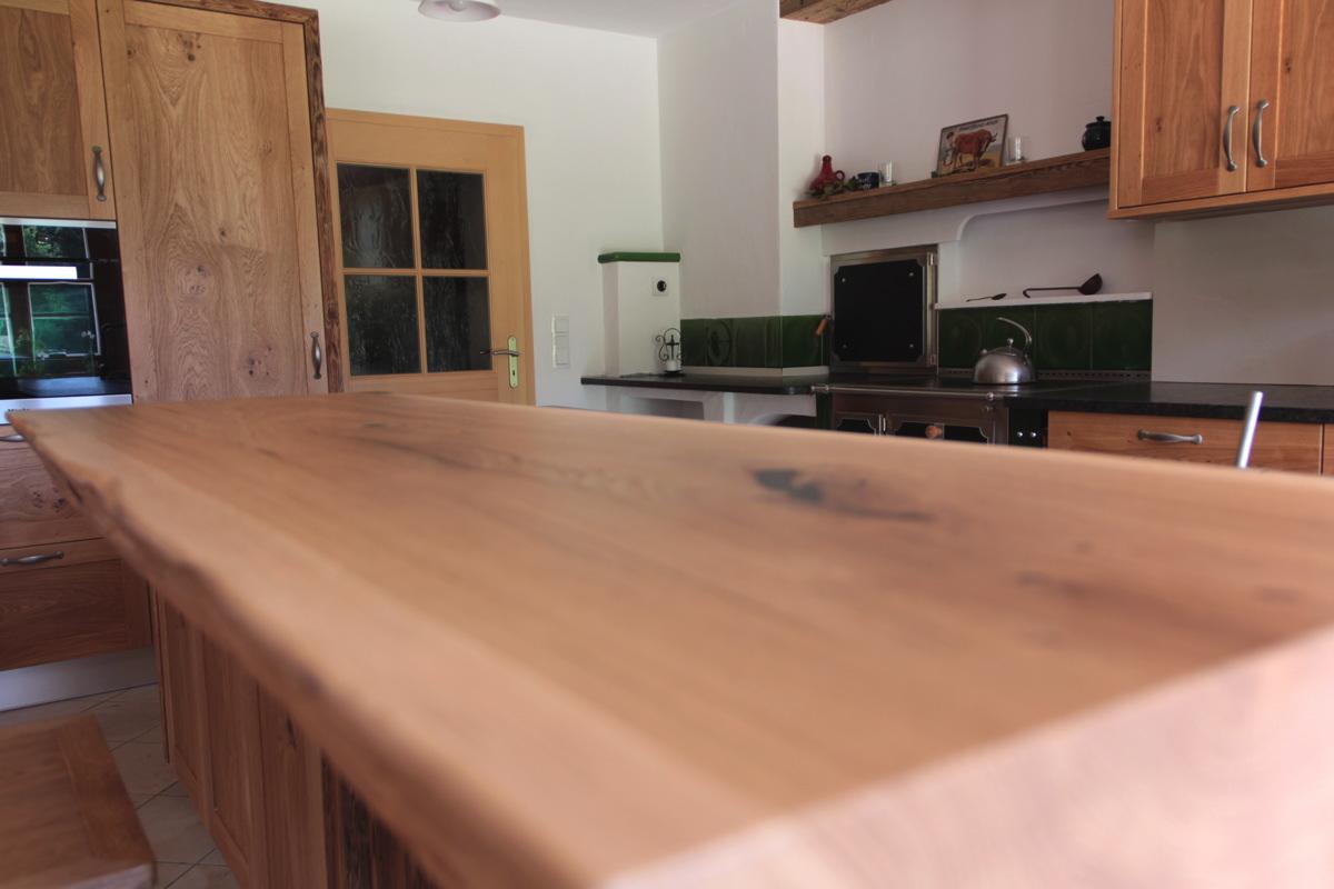 Wohnküche mit bürobereich und sitzecke im erker   tischlerei schober
